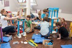 Warsztaty dla dzieci z meblami SMART by VOX.  W niedalekiej przyszłości, ludzkość jest w posiadaniu budulca, z którego można tworzyć zupełnie nowe światy oraz ich mieszkańców. Nam zostało przydzielone niezwykle ważne zadanie testowania wynalazku. Czy sprawdzi się w naszych dłoniach?    Zobacz jak uczestnicy warsztatów tworzą dużych rozmiarów mieszkańca wyspy, który stanie się eksponatem na Festiwalu Designu i Kreatywności dla Dzieci (25 i 26 maja w Concordia Design w Poznaniu). Furniture, Home Decor, Decoration Home, Room Decor, Home Furnishings, Home Interior Design, Home Decoration, Interior Design, Arredamento