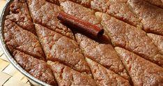 Αυτό το γλυκό είναι σκέτο αριστούργημα. Συνηθίζεται στη Βόρεια Ελλάδα, σε Μακεδονία και Θράκη. Εγώ το λέω και «μελομακάρονο ταψιού»... Sweets Recipes, Cooking Recipes, Desserts, Greek Recipes, Different Recipes, Nutella, French Toast, Food And Drink, Menu