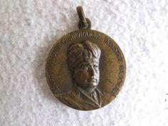 """Bella medaglia """"Benito Mussolini restauratore industrie nazionali"""" del 1927 in buono stato di conservazione."""
