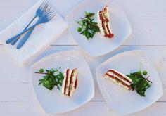Terrine van geroosterde tomaat, pesto, mozzarella en Serranoham