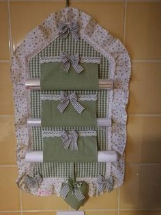 Porta Rolo Kitchen Items Kitchen Decor Home Crafts Crafts To Make Diy Crafts Flower Crafts Kitchen Towels Applique Designs Home Crafts, Crafts To Make, Diy Crafts, Fabric Crafts, Sewing Crafts, Decoration Shabby, Small Sewing Projects, Hanging Storage, Applique Designs
