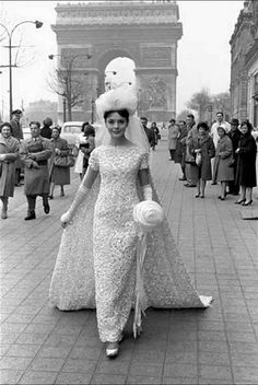 Model wearing a wedding dress on the Champs Elysees, Paris, 1961 - Photo by Frank Horvat 1960s Wedding, Vintage Wedding Photos, Vintage Bridal, Vintage Weddings, Silver Weddings, Chic Vintage Brides, Vintage Outfits, Vintage Dresses, Vintage Fashion