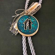 Χειροποίητο γούρι επίχρυσο στρογγυλό με περίγραμμα σπιτάκι και αστέρια. Τα χειροποίητα αντικείμενα είναι δυνατόν να έχουν μικρές διαφορές στο βάρος, χρώμα ή διαστάσεις. Paracord, Personalized Items, Christmas, Xmas, Navidad, Noel, Natal, Parachute Cord, Kerst