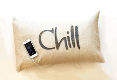 Kostenlose Nähanleitung für ein Kissen mit applizierten Buchstaben und mit eingenähten Lautsprechern Diy Pillows, Throw Pillows, Pillow Tutorial, Sewing Projects For Kids, Love Sewing, Chill, Tutorials, Google, Blog
