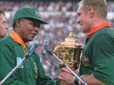 24 June South African rugby captain Francios Pienaar receives the Rugby World Cup from South African President Nelson Mandela Rugby World Cup Trophy, World Rugby, Siya Kolisi, Rugby Cup, Nelson Mandela Day, South African Rugby, Rugby Championship, Rugby Sport, Paladin
