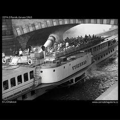Parník (2274-2) • Praha, červen 1963 • | černobílá fotografie, Vltava, parník Vyšehrad, oblouk mostu Legií |•|black and white photograph, Prague|