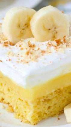 Easy Banana Pudding Poke Cake Recipe Looks like a new Sunday dessert. Poke Cake Recipes, Banana Recipes, Just Desserts, Delicious Desserts, Trifle Desserts, Cupcakes, Cupcake Cakes, Poke Cakes, Easy Banana Pudding