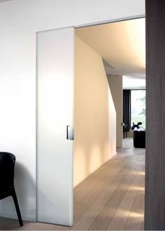 Schuifdeur voor de badkamer? Misschien met een mat glazen paneel erin voor lichtinval op de overloop?