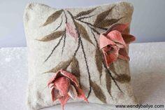 VurunSi (prodotti in lana) Felt Cushion, Felt Pillow, Nuno Felting, Needle Felting, Handmade Pillows, Decorative Pillows, Rug Yarn, Cloth Flowers, Modern Pillows
