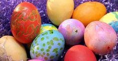 Maneiras de se tingir ovos para obter cores realmente vibrantes . Tingir ovos é uma tradição consagrada de artesanato em muitos lares, e é uma atividade que os pais podem fazer com seus filhos. No entanto, um problema com corantes comerciais é que eles nem sempre estão disponíveis em cores ou tons vibrantes ou profundos. Caso esteja procurando tingir ovos com uma tonalidade vibrante, existem algumas técnicas ou ...