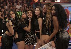 Fifth Harmony mostra carinho com a fã do grupo, Shayna (Foto: Inácio Moraes / Gshow)