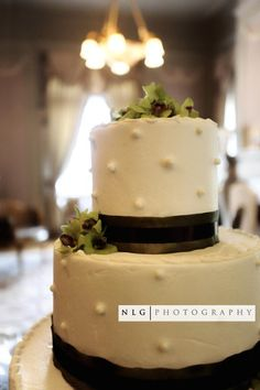 Summer Brown Green Ivory Indoor Reception Round Wedding Cakes Photos & Pictures - WeddingWire.com