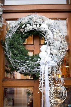 Trend Christmas Wreath Ideas For New Season - Rustikale Weihnachten Christmas Advent Wreath, Christmas Door Decorations, Xmas Wreaths, Christmas Flowers, Holiday Decor, Christmas Trends, Christmas Inspiration, Modern Flower Arrangements, Photos