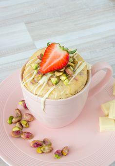 Snel een lekkere en eenvoudige mug cake klaarmaken? Maak eens deze heerlijke witte chocolade mug cake met aardbeien en pistache!