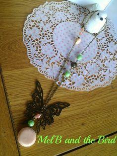 Sautoir bronze, perles à facettes vertes, perles polaris saumon, macarons et breloques