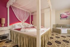 Honeymoon-Suite Typ B Himmelbett Hotel Alpen, Room, Furniture, Home Decor, Environment, Four Poster Bed, Luxury, Bedroom, Decoration Home