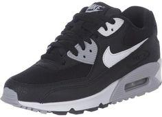Passend bij de zomer geeft Nike de Air Max 90 schoen enige nieuwe colorways. En precies zo een colorway heeft het model gekregen, waar je nu op geklikt hebt!De schoen komt in een driekleurige kleurcombinatie: met zwarte overlays, zwarte veters en een zwart upper, een grijze tussenzool en enige details in het grijs samen met de witte swoosh aan de zijkant.Details:- Dempende Nike Air zool- Zichtbaar Air Pad- Gewatteerde hiel- Zacht voetbed- Gripvaste zoolBovenmateriaal: textiel, synthetische…