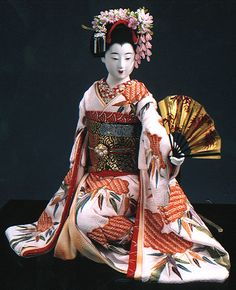A maiko doll made by Kyoto doll artist Shisui Sekihara. Japanese Geisha, Japanese Kimono, Vintage Japanese, Japanese Doll, Doll Japan, Art Sculpture, Asian Doll, Ichimatsu, Art Dolls