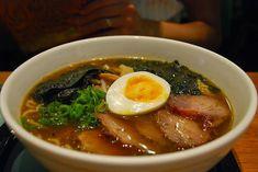 Street Food, Cuisine du Monde: Recette de soupe de ramen au porc et aux oeufs, sauce soja