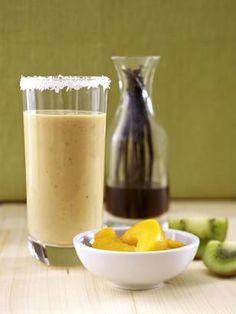 Smoothie aus Mango, Erdbeeren und Kokoswasser