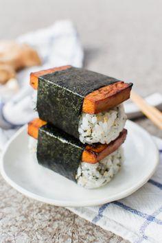 vegan tofu musubi - List of the best food recipe Healthy Vegan Snacks, Vegan Foods, Vegan Dishes, Paleo Vegan, Teriyaki Sauce, Sushi Recipes, Vegan Recipes, Japanese Vegetarian Recipes, Gastronomia