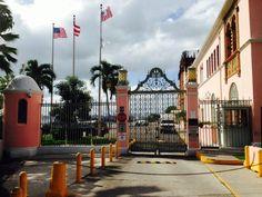 United States CustomHouse 9:42 a.m. domingo, 27 de octubre de 2013. Esta al ser una institución a nivel federal puede tener las banderas izadas en fin de semanas por lo que establece el código de banderas de los Estados Unidos. Sin embargo se rompe con el reglamento al estar izadas dos banderas en una misma asta ya que no quedan todas a la misma altura. También se puede observar que el tono de azul de la bandera de Puerto Rico es uno incorrecto, ya que, debe ser mas claro.