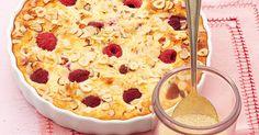 Dieser Auflauf macht rundum satt und schmeckt auch als süße Hauptspeise. Sie sollten ihn unbedingt auch mal mit Heidelbeeren oder Aprikosen probieren!