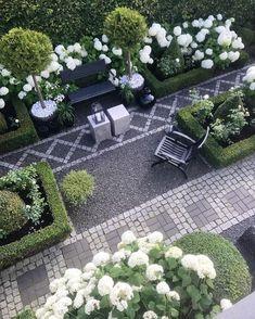 Patio inspiration with cobblestone, gravel and white Hydrangeas ☀️✨ #patio #hydrangea