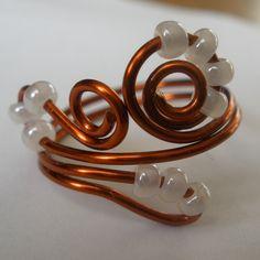 Perličkový+Prsten+z+měď.+lakovaného+drátku+1mm+s+rokajlem+perleťové+barvy.Průměr+1,8+cm,lze+mírně+zmenšit+i+zvětšit. Bangles, Bracelets, Gold, Jewelry, Charm Bracelets, Charm Bracelets, Jewellery Making, Jewerly, Bracelet