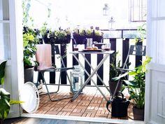 décorer le balcon d'un brise-vue à rayures noires et blanches
