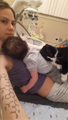 """Nove mesi sul pancione di mamma: ora è il gatto la miglior """"tata"""" di Sean"""