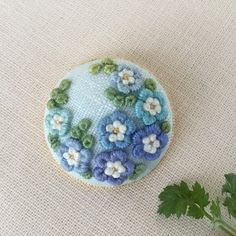 Hand Embroidery Art, Beaded Embroidery, Embroidery Stitches, Felt Brooch, Diy Pins, Needlework, Buttons, Beads, Sewing