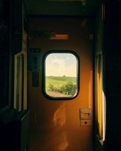 Seeing through glasses of your life I feel, so much of life passes in just milliseconds of my journey. Film Photography, Street Photography, Travel Photography, Aesthetic Photo, Aesthetic Pictures, Photografy Art, Photographie Portrait Inspiration, Amiens, Mind The Gap