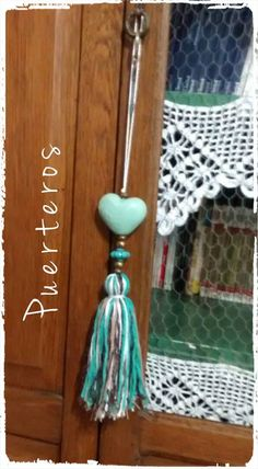 PUERTEROS                                                                                                                                                      Más Diy Tassel, Tassels, Diy Projects To Try, Craft Projects, Diy And Crafts, Arts And Crafts, Passementerie, Bead Art, Bunt