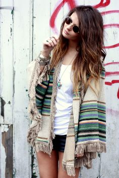 Ombre hair and poncho. Love it with some black skinny jeans, or tights under jean shorts. Love this poncho. Hippie Chic, Hippie Style, My Style, Boho Style, Looks Vintage, Style Vintage, Look Fashion, Fashion Beauty, Fashion Models