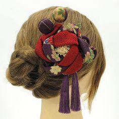♪♪♪ロマン着物 髪飾り 成人式 振袖 袴 花 薔薇 バラ 紫色 玉飾り つまみ細工 房つき かんざし sc2941 状態 新品のキレイなお品ですので、 お手元に届きましたら、すぐにご使用いただけます。 素材 ちりめん ・ つまみ細工 ・ 金属 ・ コーム 寸法 縦 約14cm(房を含む) / 横 約12cm / 高さ 約5cm ※飾り部分のみ計測しています。コームは長さに含まれません。 対応可能な発送方法 ヤマト運輸756円 ネコポス・DM便は規格外のため不可 お知らせ 土・日・祝日はお休みをいた...