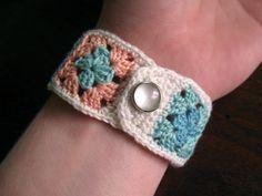 Free crochet pattern Idea use Crochet thread granny square bracelet with snap Crochet Home, Crochet Granny, Crochet Crafts, Easy Crochet, Crochet Projects, Knit Crochet, Crochet Tutorials, Crochet Ideas, Crochet Things