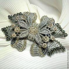 """Купить Вышитая брошь """"Бантик"""". - серебряный, вышивка золотом, золотное шитьё, Игольное кружево"""