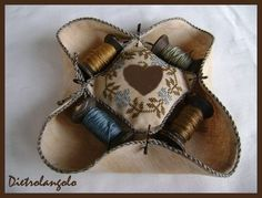 Lots of pictures showing how she did it. Embroidery Tools, Cross Stitch Embroidery, Purse Patterns, Craft Patterns, Needle Cushion, Pincushion Tutorial, Thread Holder, Cross Stitch Finishing, Needle Book