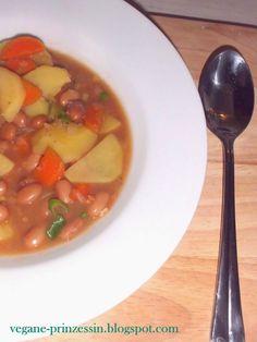 Veganer würzig-deftiger Eintopf mit Wachtelbohnen. Gesund, sättigend, wärmend und günstig. Perfekt für kalte Wintertage.