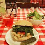 """Veggie Diaries on Instagram: """"Dia cheio pede almoço reforçado, não é?  Comi uma salada de alface, rúcula e agrião, com tomate, beterraba, grão de bico com espinafre e vinagrete. De prato quente, arroz 7 grãos, feijão preto, cenoura e champignon.  #vegan #veggie #vegetariano #amovinagrete #veganfood #vegetariansofinstagram #salad #beans #veggielunch #happy #semcarne #semfrango #sempeixe #realfood #comidadeverdade #veggiediaries"""""""