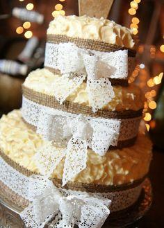schöne und leckere Torte mit Spitze verziert