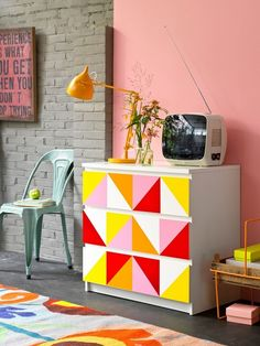 I'm loving this retro Ikea hack- DIY Malm dresser makeover in a vintage and funky style. Simple & quick DIY makeover- masking tape, paint, brushes and imagination and you're on your way! Bedroom Diy, Diy Decor, Furniture Makeover, Diy Home Decor, Home Diy, Diy Furniture, Diy Dresser Makeover, Painted Furniture, Home Decor