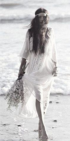 Bohemian Magic: Be a Boho-Chic Bride! Beach Wedding Tips Hippie Style, Mode Hippie, Bohemian Mode, Gypsy Style, Boho Gypsy, Hippie Boho, Bohemian Style, Bohemian Beach, Bohemian White Dress