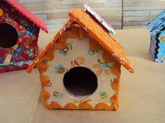 Casinha de passarinho Laranja, tamanho P, revestida em tecido com detalhes em sianinha. R$ 15,00