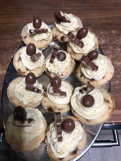 Kinderschoko muffins mit Vanille Buttercreme Muffins, Desserts, Food, Diy Home Crafts, Meal, Deserts, Essen, Muffin, Hoods