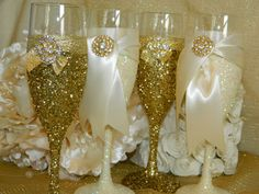 Weddings Champagne Glasses Champagne Flutes Toasting by KPGDesigns Diy Wine Glasses, Glitter Glasses, Painted Wine Glasses, Champagne Glasses, Glitter Lipstick, Glitter Eye, Glitter Paint, Green Glitter, Gold Glitter