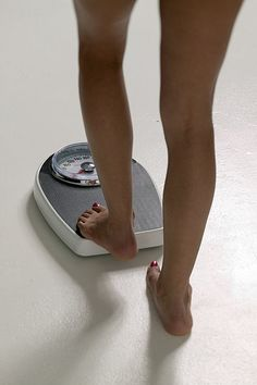 How to Weigh Yourself    Weigh yourself first thing in the morning for the most accurate weight!    Try to use the restroom before steeping on the scale.    Wear light clothing or no clothing.    Do not eat or drink 8 hours prior to stepping on the scale.    Avoid the scale during your period.    Step on the scale three times to make sure the scale doesn't fluctuate.