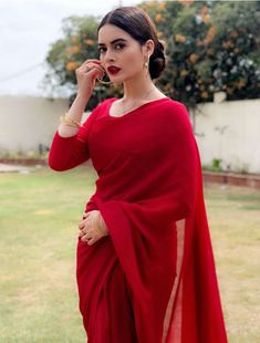 Sari Candle Holder Styles Article Body: Candles are wonderful things that ca Pakistani Dresses, Indian Dresses, Indian Outfits, Trendy Sarees, Stylish Sarees, Indische Sarees, Saree Look, Red Saree, Sari Dress