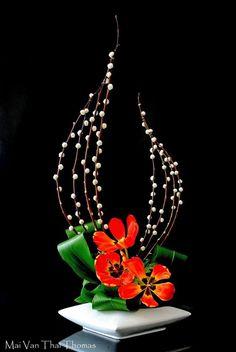 Afbeeldingsresultaat voor ikebana with orchids Contemporary Flower Arrangements, Tropical Flower Arrangements, Creative Flower Arrangements, Ikebana Flower Arrangement, Ikebana Arrangements, Beautiful Flower Arrangements, Tropical Flowers, Purple Flowers, Deco Floral